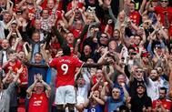 Romelu Lukaku celebra su primer gol con los aficionados del United.