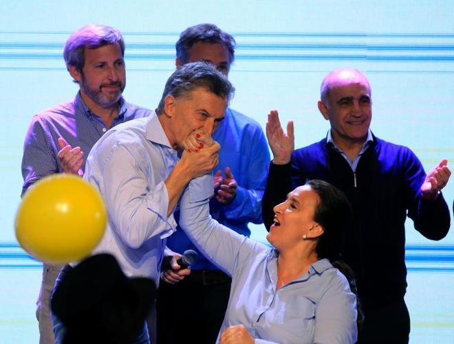 Mauricio Macri besa la mano de Gabriela Michetti.