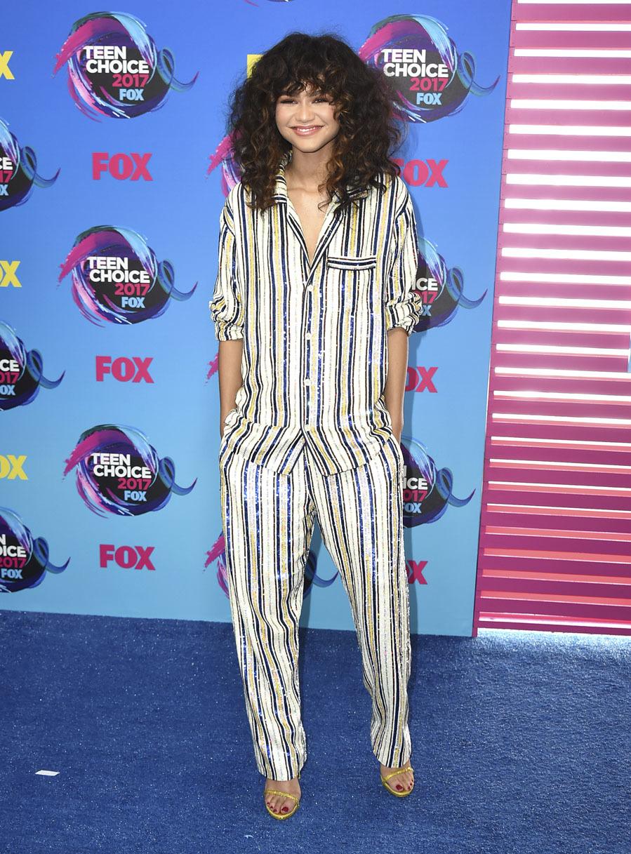 La actriz, galardonada por su trabajo, apareció con un look pijama...