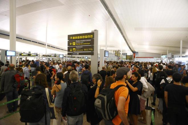 Colas en el control de seguridad de la T1 del aeropuerto de El Prat de...