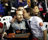 Pablo Iglesias besa a Pablo Echenique, secretario de Organización de...