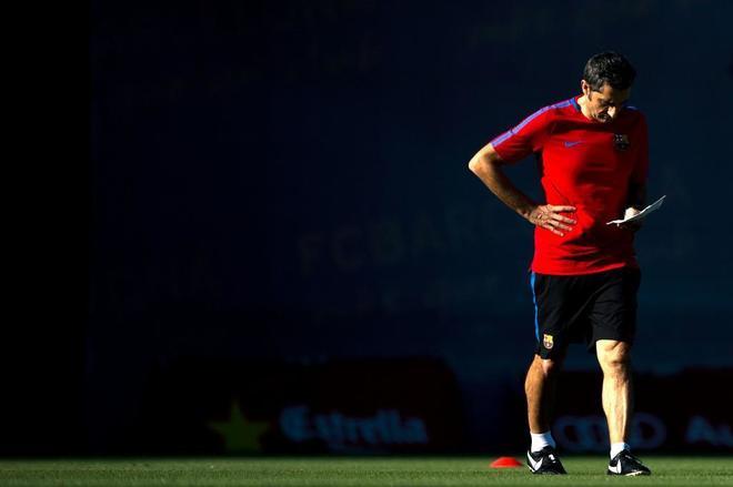Ernesto Valverde, técnico del Barcelona, durante un entrenamiento en la Ciutat Esportiva Joan Gamper.