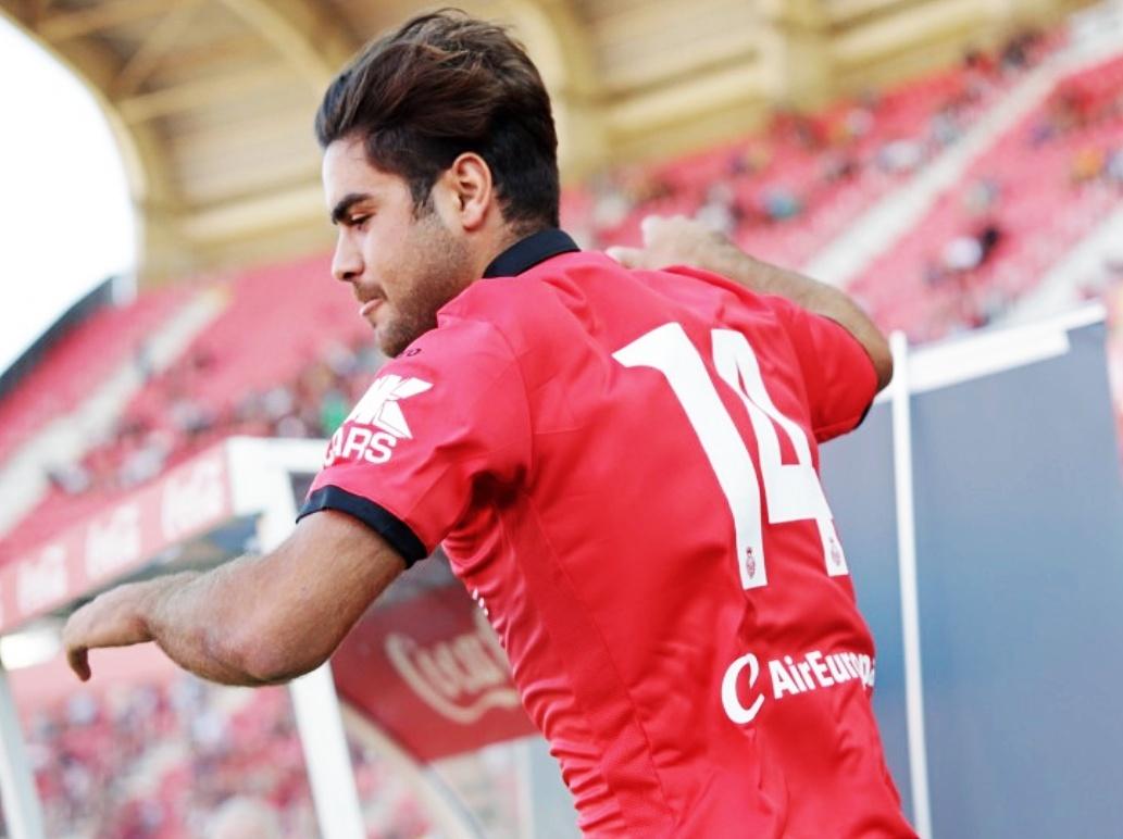 Abdón Prats, en el momento de saltar al campo en la presentación del Real Mallorca.