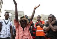Una mujer llora la muerte de su hijo, en la morgue central del Hospital Connaught, en Freetown.