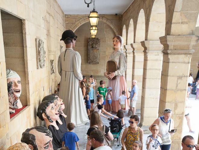 Gigantes y cabezudos en el Museo Vasco.
