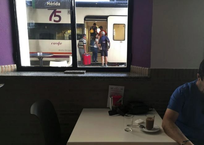 Un grupo de viajeros sube a un tren de Renfe en la estación de...