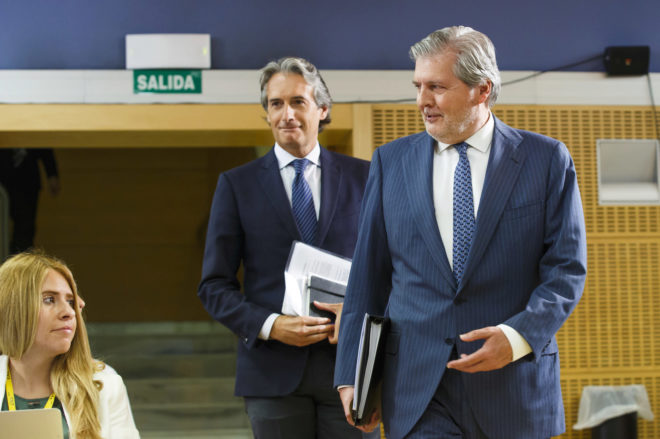 Los ministros de Educación, Iñigo Méndez de Vigo y de Fomento,...