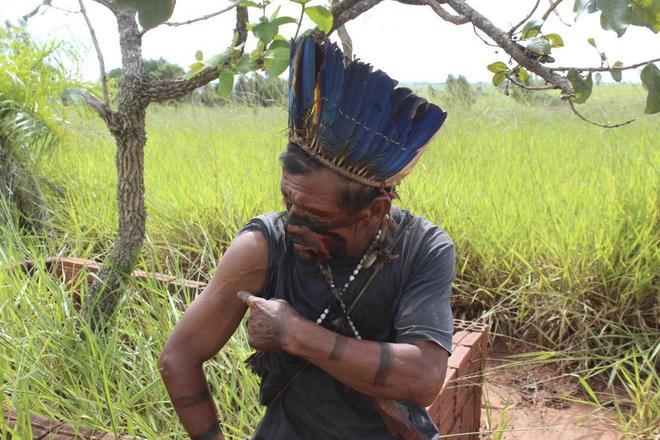 Un indígena brasileño señala sus cicatrices