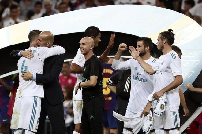Zidane celebra con los jugadores la Supercopa de España.