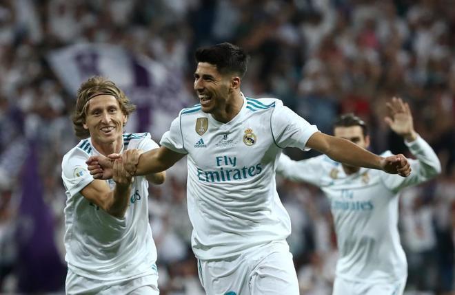 Marco Asensio, felicitado por Luka Modric tras marcar un tanto.