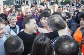 Rafael Díez Usabiaga abraza a Arnaldo Otegi tras su salida de...