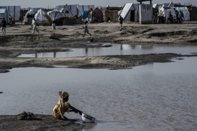 Una joven coge agua en el campo de Ngala