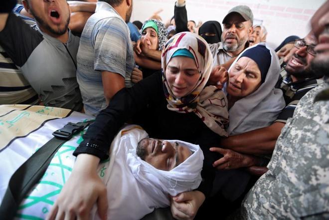 La familia del palestino fallecido llora su muerte.