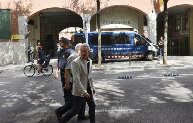 Mossos d'Esquadra vigilan un cuartel de la Guardia Civil en Barcelona...