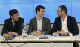 El portavoz del PP en el Congreso, Rafael Hernando, junto a los...