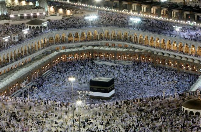 La Kaaba, el punto de peregrinación en la Meca, rodeada de fieles.