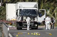 Agentes de la Policía Científica francesa ante el camión utilizado por el terrorista en Niza.