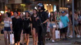 Un policía evacua a los paseantes, la noche de este jueves en...