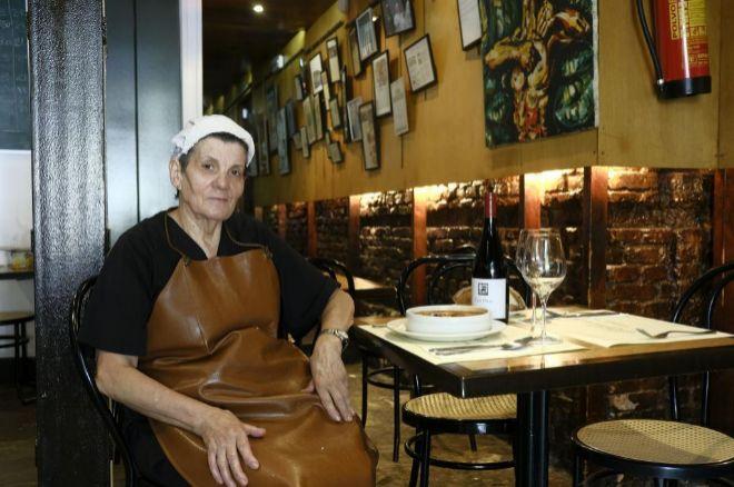 Incansable e infalible. La cocinera del restaurante 'Asturianos',...