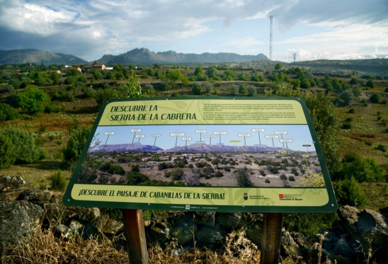 Panel explicativo con la Sierra de la Cabrera en el inicio de la ruta.