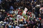 Decenas de personas homenajean a los fallecidos en los atentados en...