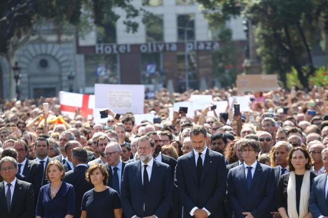 Mariano Rajoy, Felipe VI y Carles Puigdemont, junto a personalidades...