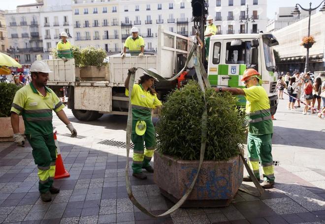 operarios del de madrid colocando jardineras en la calle montera efe