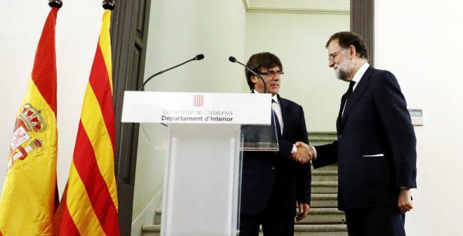 Carles Puigdemont y Mariano Rajoy se saludan tras la reunión del...