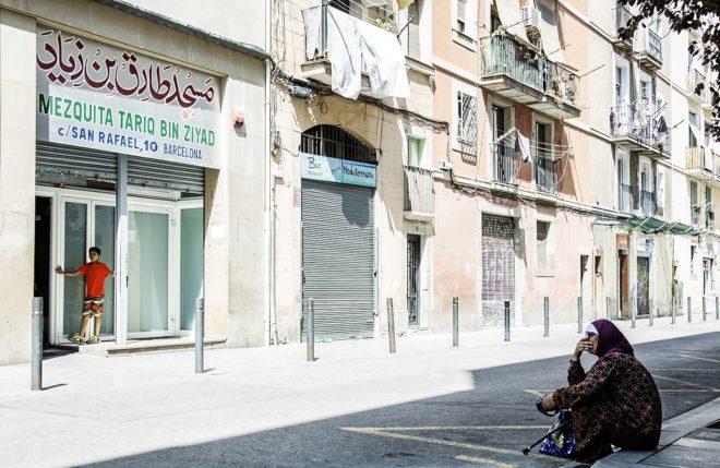Una mujer musulmana sentada ayer frente a la mezquita de Tariq Bin...