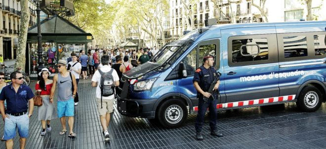 Los mossos, ayer, durante su patrulla en La Rambla.