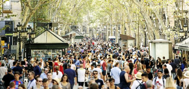Transeúntes y turistas pasean en la mañana de ayer EN La Rambla de...