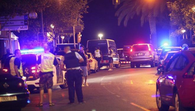 Miembros de las fuerzas seguridad en la zona del atentado en Cambrils...