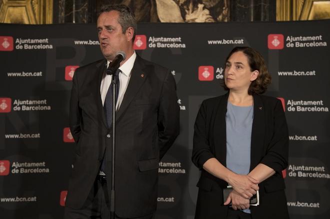 El conseller de Interior, Joaquim Forn junto a Ada Coalu, hoy en...