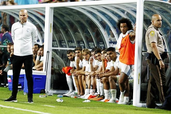 Zinedine Zidane sigue un partido durante la pretemporada.