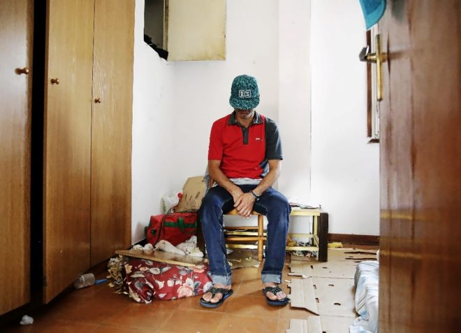 Nourdden, compañero de piso de Abdelbaki, sentado en su cuarto...