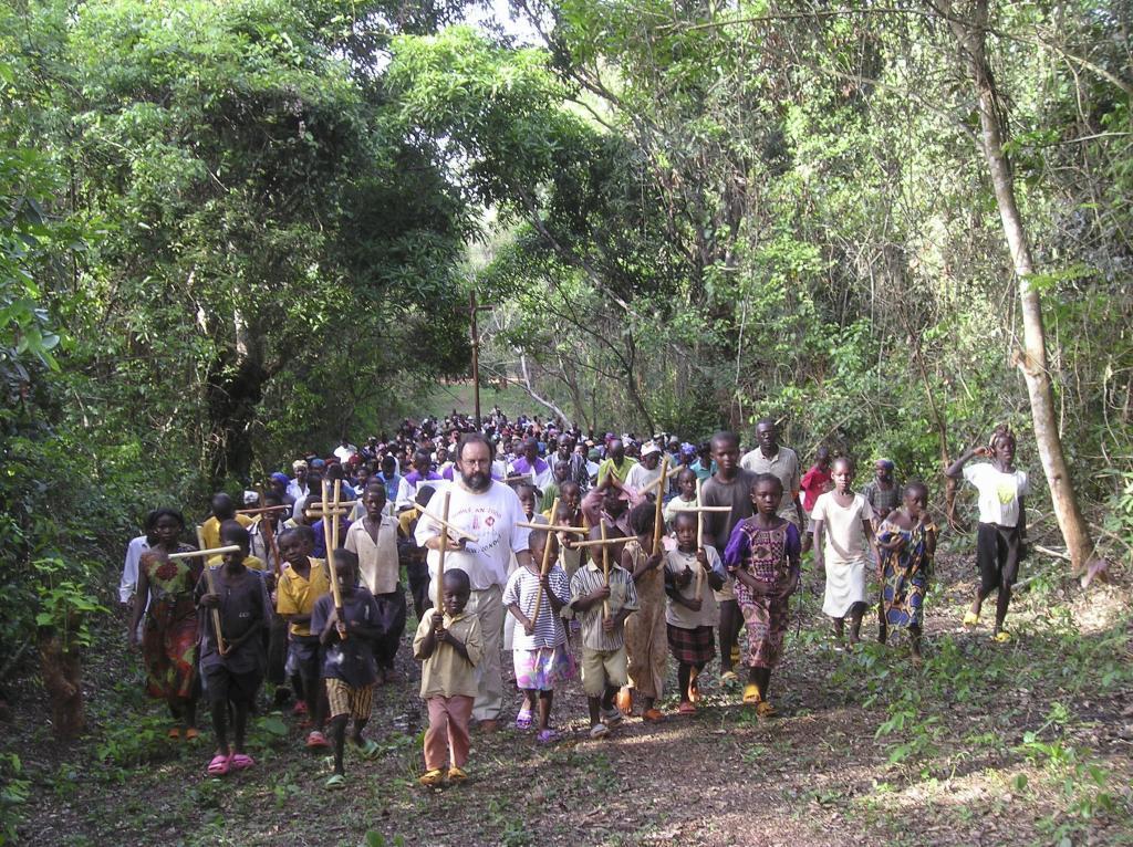 Juan José Aguirre, obispo de Bangassou, dirige el tradicional Vía Crucis por el bosque camino de la catedral  con cientos de niños.