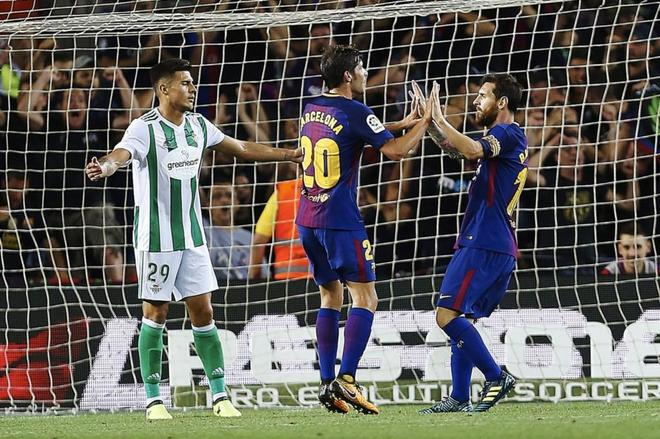 Sergi Roberto (c) celebra con su gol con Messi.