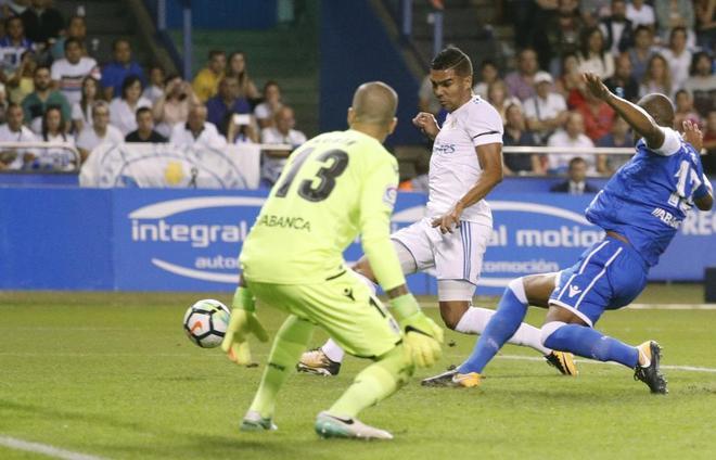 Casemiro remata el segundo gol del Madrid, en su debut liguero en Riazor.