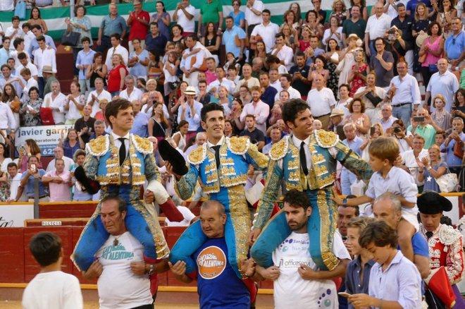 El Juli, Talavante y Cayetano salen a hombros en Salúcar.