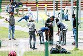 Inmigrantes en un parque frente a la Oficina de Inmigración de...