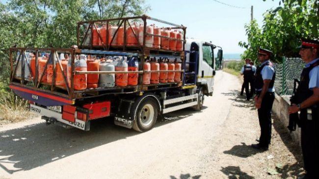 Un camión traslada, ayer, las bombonas encontradas en Alcanar.