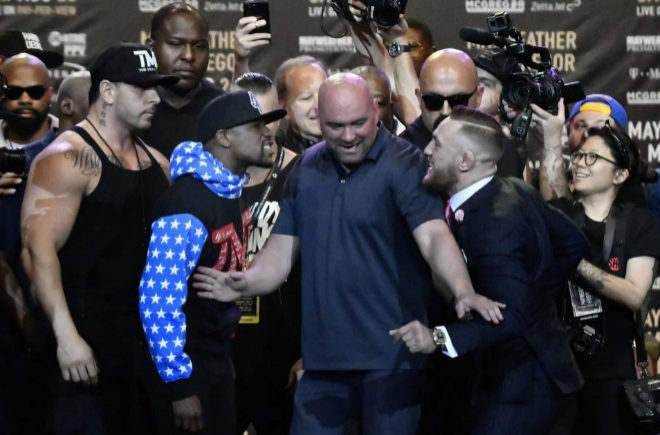 Floyd Mayweather Jr. y Conor McGregor, durante su primer cara a cara en el Staples Center.