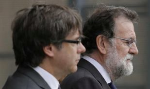 Carles Puigdemont y Mariano Rajoy, en la misa celebrada el domingo en...