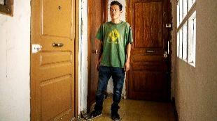 Manel López junto a su puerta y la del 'piso franco' alquilado por la...