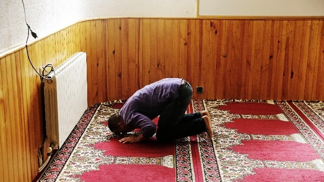 Un musulmán reza en la Comunidad Islámica Annour de Ripoll.