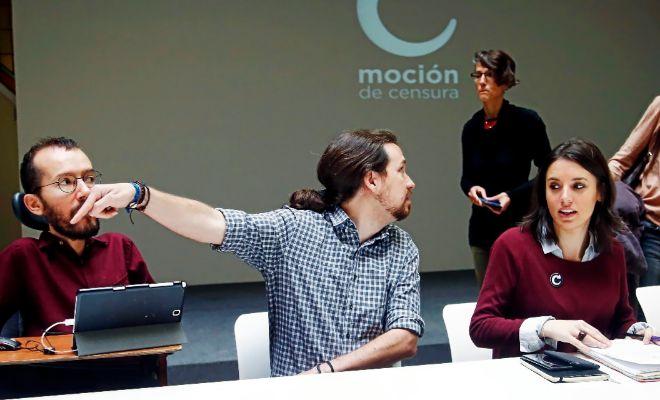 El líder de Podemos, Pablo Iglesias, flanqueado por Pablo Echenique e...