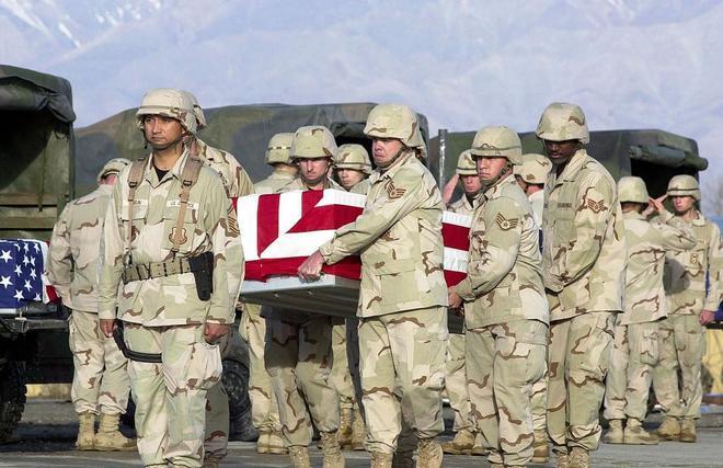 Soldados estadounidenses portan los restos de un combatiente americano fallecido en 2003