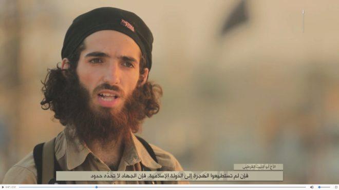 Uno de los portavoces de Dáesh que aparece en el vídeo, identificado...