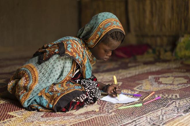 Salta Bintou Hassan, de 11 años, es una niña chadiana que perdió un brazo como consecuencia de un atentado suicida en Baga-Sola (Chad).