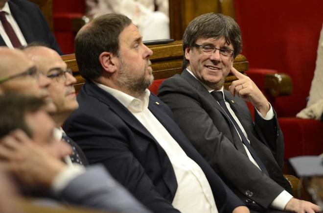 El presidente de la Generalitat, Carles Puigdemont, junto a Oriol...